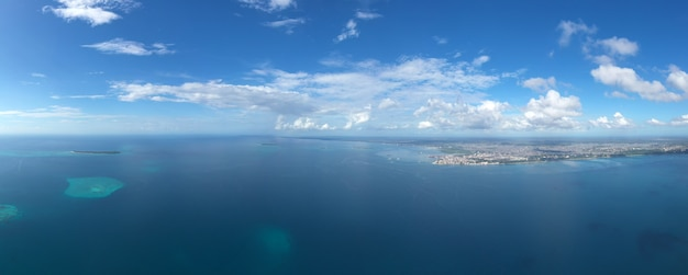 Красивый тропический остров занзибар с высоты птичьего полета. море на пляже занзибара