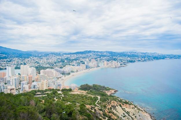コスタブランカの有名な岩ペノンデイファクからスペインのカルペ市の海岸までの美しい景色。