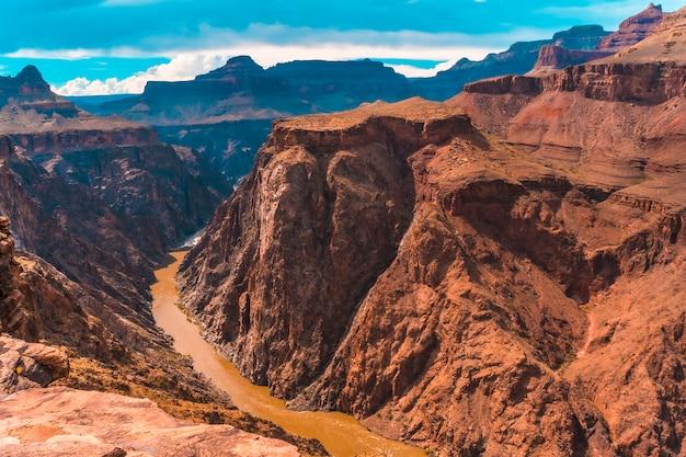 グランドキャニオンのブライトエンジェルトレイルヘッドの小道にあるトントウェストからコロラド川の美しい景色。アリゾナ