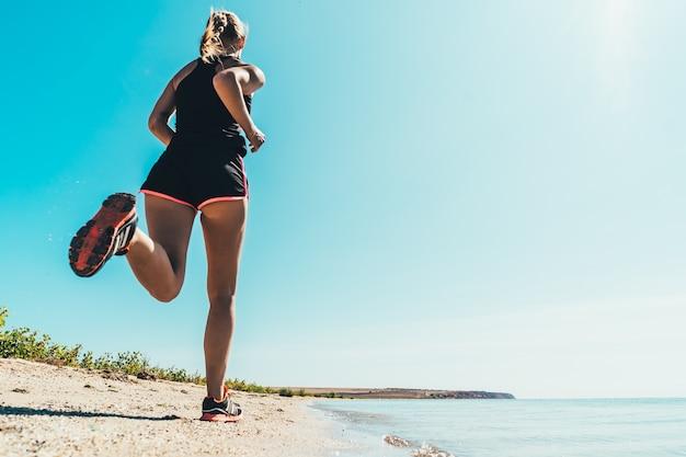Красивая женщина, бегущая вдоль морского побережья