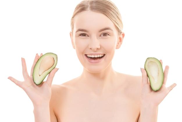 Красивая женщина с авокадо на белом фоне