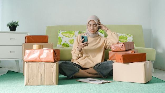 아름다운 젊은 사업가가 진지하게 스마트폰을 한다