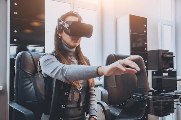Красивая девушка в очках виртуальной реальности