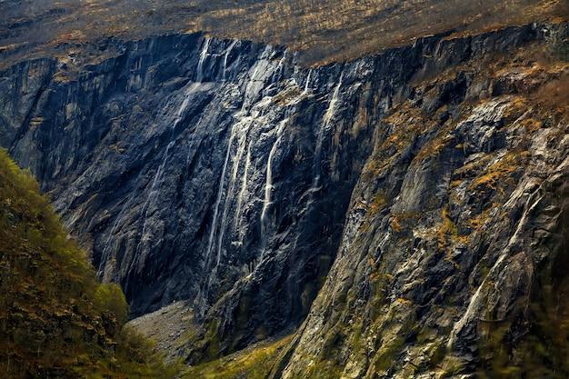 Красота природы: горный склон и ущелье