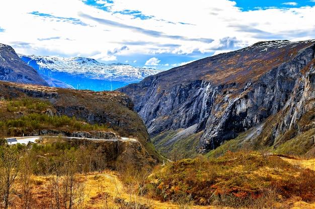 Красота природы: небо, горы и ущелье