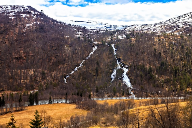 北の美しさ:川と山