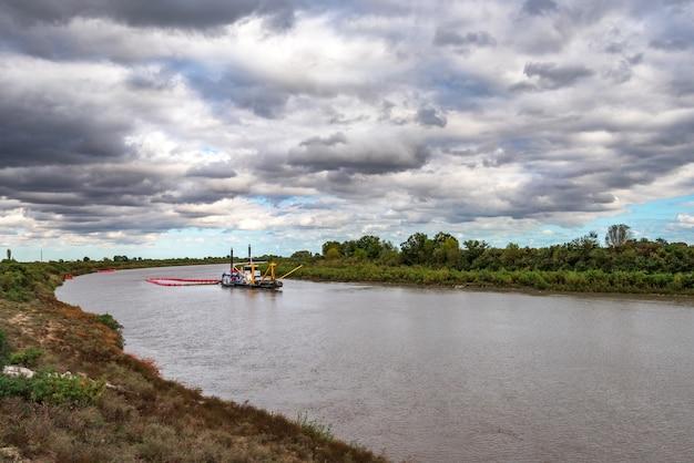 穏やかな平野の川の河床