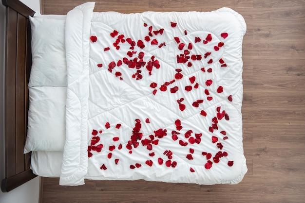 장미 꽃잎이 있는 침대. 위에서 보기