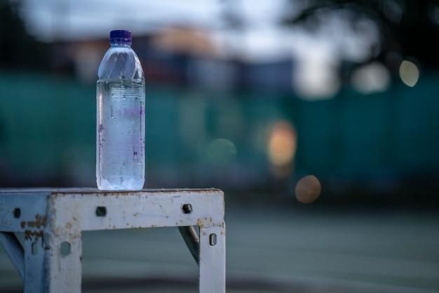 챔피언의 시작, 법원 배경에 bottlel을 닫습니다.