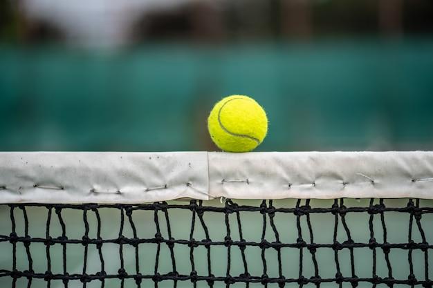 챔피언의 시작, 법원 배경에 테니스 공을 닫습니다.