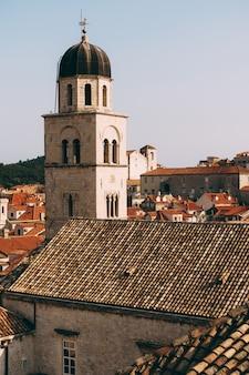 두브로브니크에 있는 프란체스코 수도원의 종탑은 지붕을 배경으로