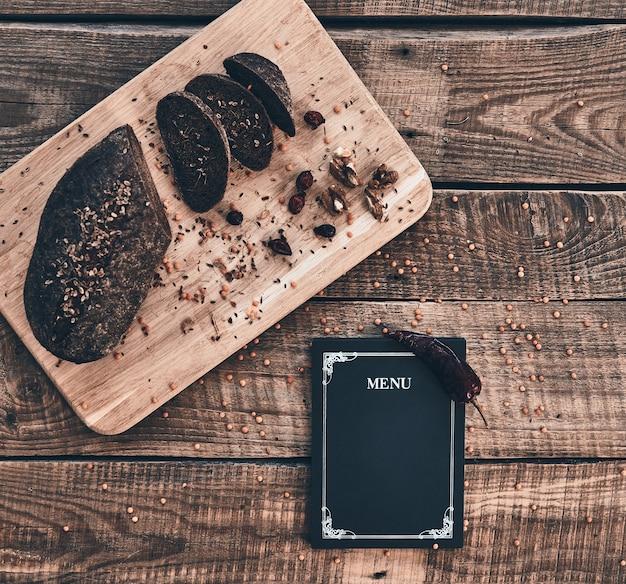 Лучший свежеиспеченный хлеб. свежеиспеченный хлеб и закрытое меню под высоким углом