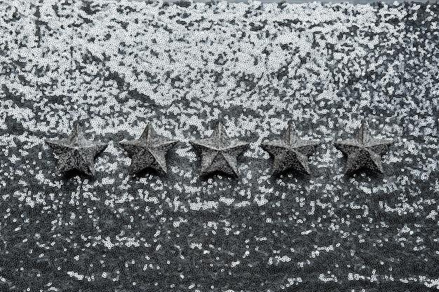 최고의 평가 피드백 고객 경험 개념 반짝이 은색 배경에 5개의 은색 별