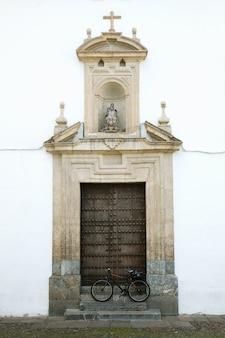古いドアの前の自転車。スペイン、コルドバ。