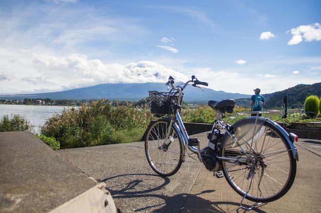 富士山を背景にした川口子自然生活センターの自転車。河口湖日本。