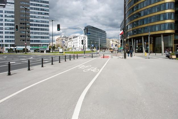 Велосипедная дорожка на фоне города