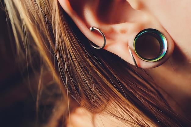 십대의 귀에 큰 구멍.