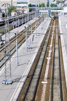 Большие железнодорожные станции с поездами.