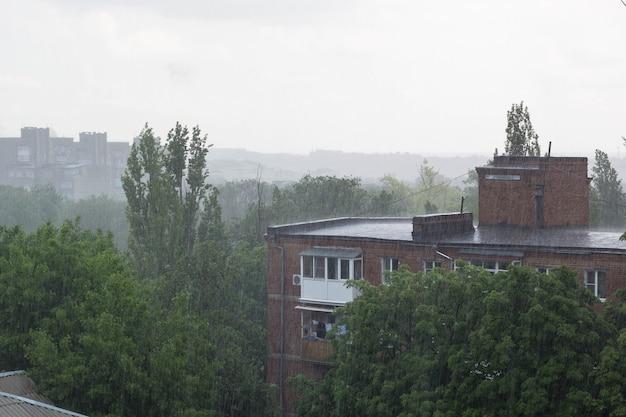 Большой дождь на крыше дома