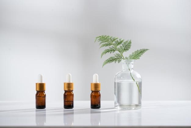 Био-лабораторная посуда и пустые контейнеры для косметических бутылок с ингредиентами из травяных цветов, упаковка для брендинга. концепция натуральных органических косметических продуктов по уходу за кожей. альтернативная медицина. вид сверху спа.
