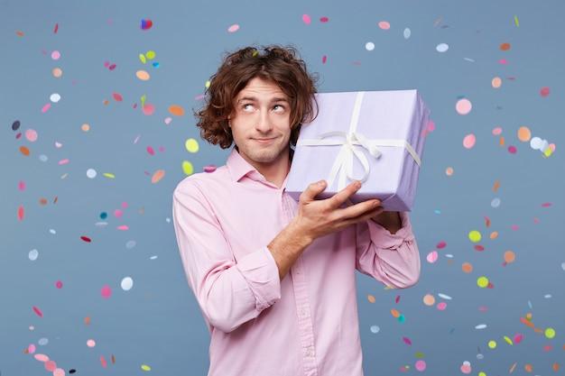 誕生日の男は贈り物として箱を受け取りました
