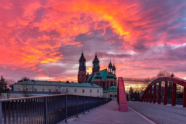 ゴージャスな夕日、ポズナンのシビナ川とポズナン大聖堂に架かる司教ヨルダン橋