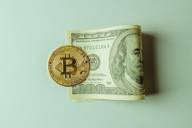 Монета биткойн стоит на долларе.