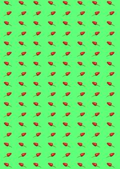 Горький перец чили и паприка на зеленом фоне. абстрактный узор фона.