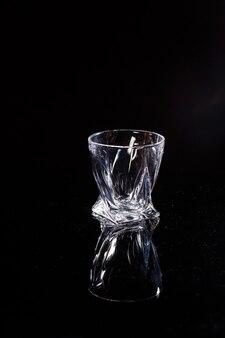 Черный фон - это скан, на котором льется вода. брызги воды на стекло