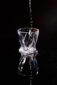 黒い背景は水が注がれるスキャンです。ガラスに水をはねかける