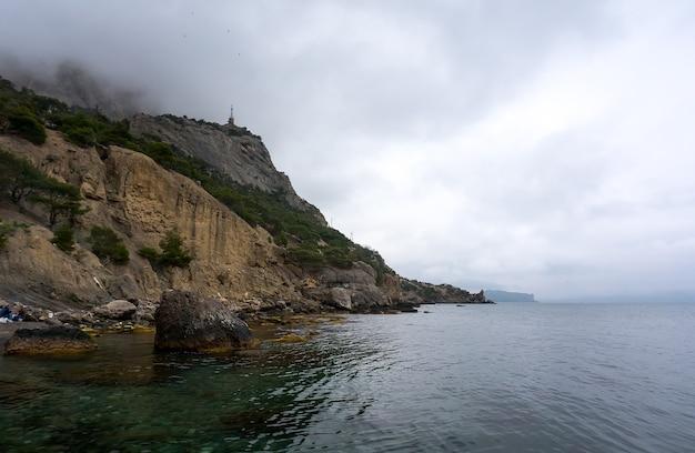 クリミア半島の黒海沿岸の美しい山の風景と海の修復