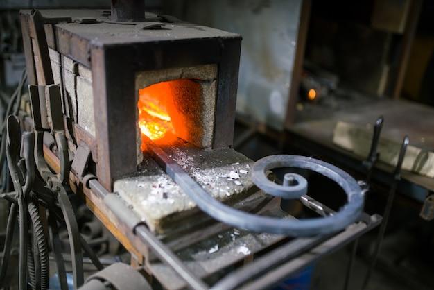 鍛冶屋は炉内の発光金属を偽造し、火花を蹴り出します