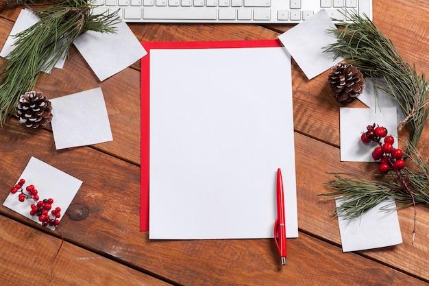 펜으로 나무 테이블에 종이의 빈 시트