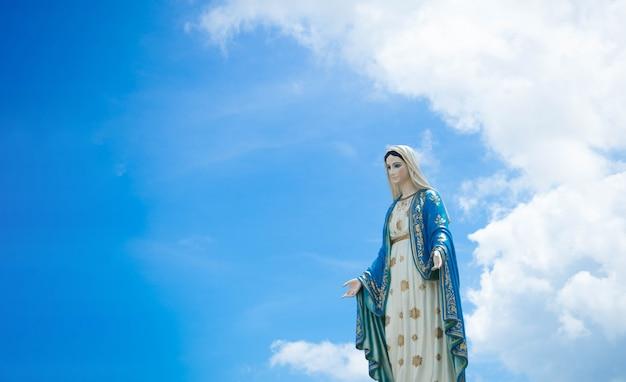 Статуя голубого неба девы марии.