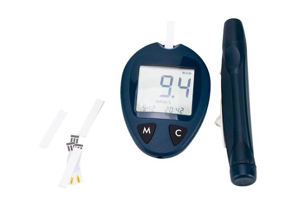 Глюкометр с тест-полосками, изолированные на белом фоне.