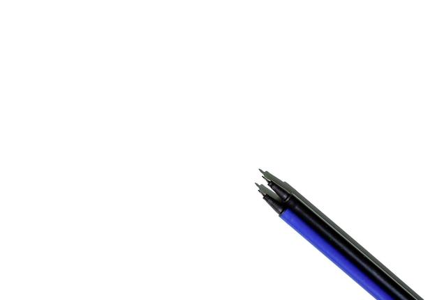 Синие и черные ручки готовы писать текст на белом фоне. концепция работы.