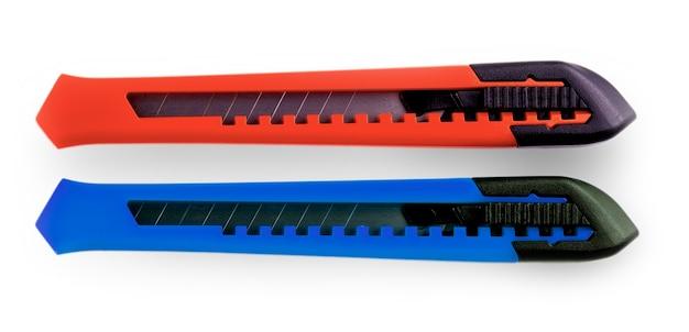 흰색 배경에 고립 된 닫힌 블레이드 파란색과 빨간색 종이 절단기