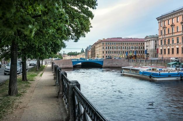 Голубой мост через реку мойку в санкт-петербурге пасмурным летним утром