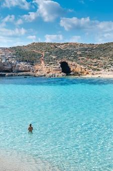 Голубая лагуна на острове комино. идиллический бирюзовый пляж на мальте.