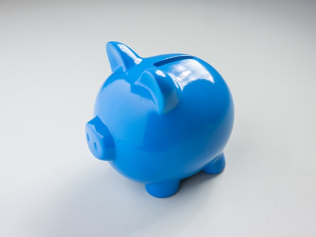 저장 또는 비즈니스 개념을 위한 배경에 파란색 돼지 저금통