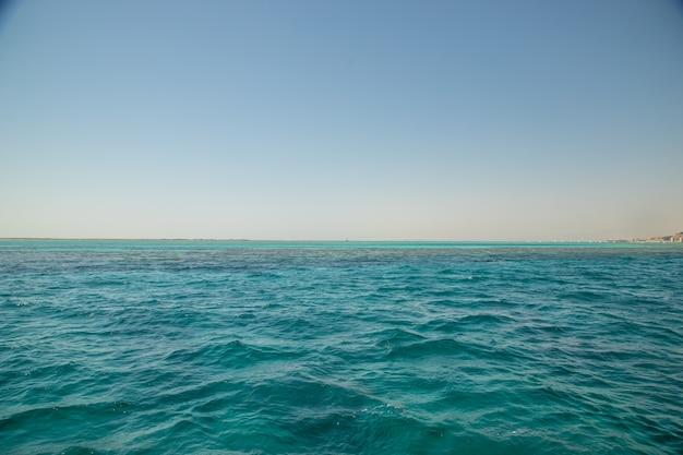 バナーの形をした青い海。セレクティブフォーカス。