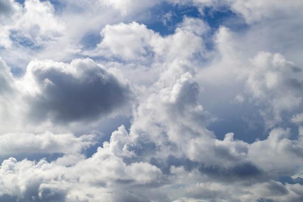 青い空が雲の切れ間から輝いています
