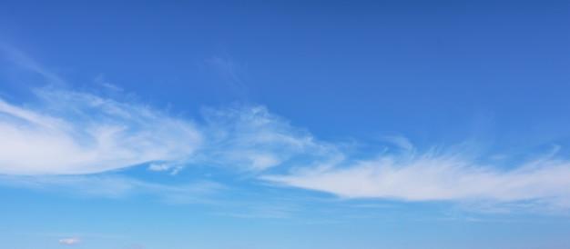 Голубое небо с белыми облаками размывается.