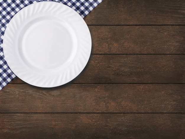 나무 테이블 배경에 케이지와 empy 접시에 파란색 식탁보