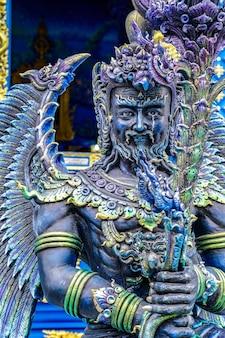 파란색 - 태국 북부의 태국 파란색 사원에 있는 청록색 금속 신상.