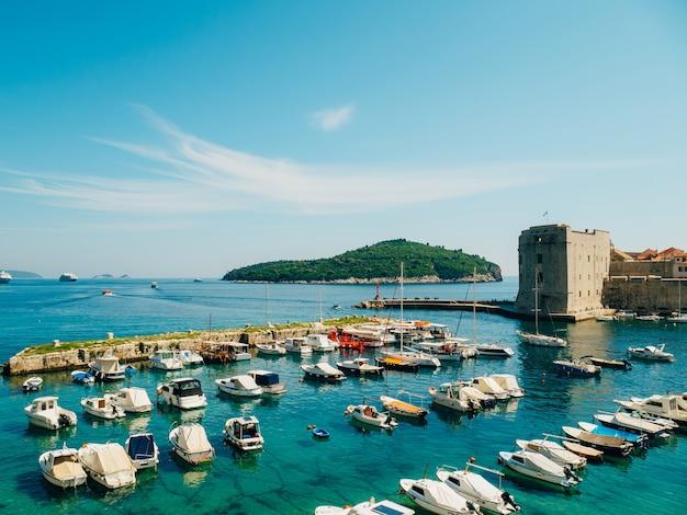 Лодочный причал недалеко от старого города дубровник хорватия гавань