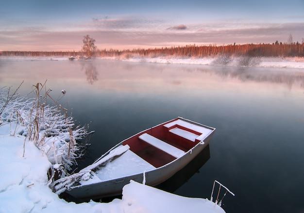 얼어 붙은 호수에 겨울에 보트