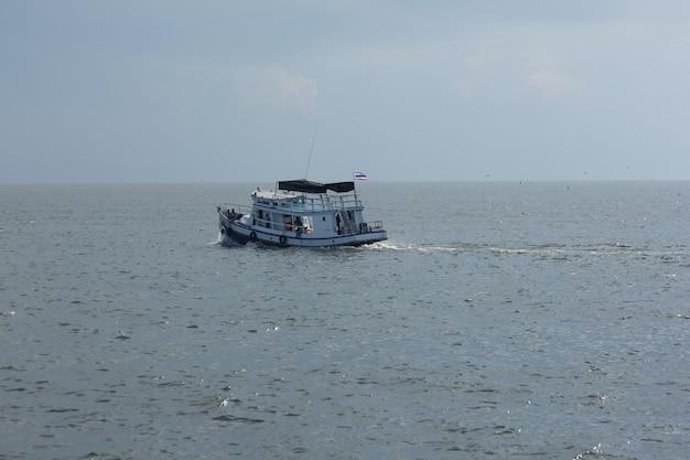 Лодка принимает туристов к морю.