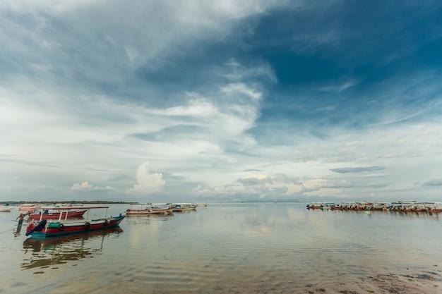ボートは人なしで停泊しています コロナウイルスの風景海のため、バリには観光客はいません