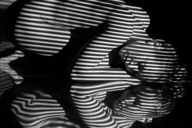 검은 색과 흰색 얼룩말 줄무늬가있는 여자의 몸